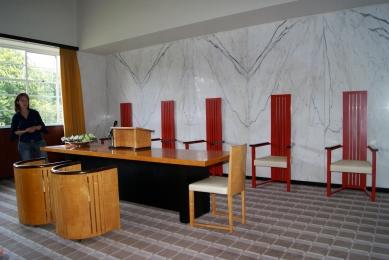 Door Dudok ontworpen meubilair in de Trouwzaal van het Raadhuis.
