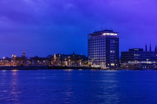 Havengebouw Amsterdam. De verlichte Havenzaal op de bovenste verdieping is in 2016 gerenoveerd en ingericht door Fokkema & Partners Architecten, Delft. Foto: Horizon Photoworks, Rotterdam.