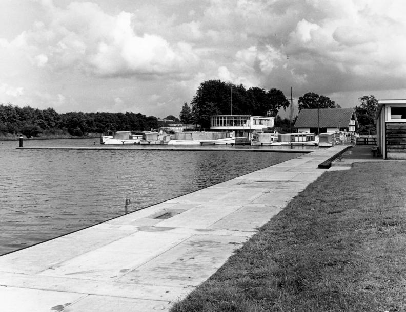 SAGV032.1+4746 Vreelandseweg. Sporthaven en paviljoen 1/5/1956 Hilversum SAGV032.1 Fotocollectie dienst Publieke Werken gemeente Hilversum