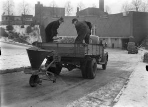 SAGV032.5+7602 Zoutstrooier bij de zand- en zoutbunker aan de Oude Haven 1945 Hilversum SAGV032.5 Foto´s uit archief fotograaf Jacques Stevens