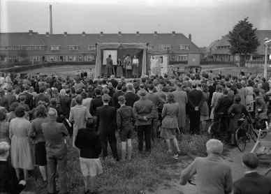 PvdA-bijeenkomst in de openlucht op het voormalige Slachthuisplein. Collectie Jacq. Stevens. Bron: Streekarchief Gooi- en Vechstraat, www.gooienvechthistorisch.nl
