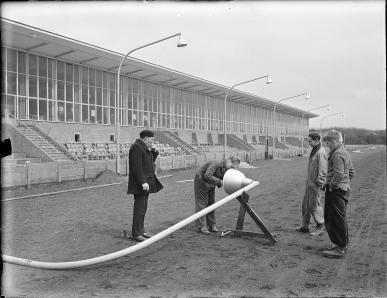 Op de paardendrafbaan van het Hilversumse Sportpark is men momenteel bezig met de aanleg van 150 lichtmasten, die het houden van avondkoersen mogelijk zullen maken. Zoals bekend is de Hilversumse baan de enige in Nederland, waar avondkoersen worden gehouden. (bron: De Gooi- en Eemlander) Betrokkenen Jacq. Stevens , Hilversum, Fotograaf Begindatum 2/4/1953 Ontwikkelingsstadium glasnegatief Zwart-wit Vorm 1 Foto Overige opmerkingen Voor meer informatie over het gebruik van de gegevens op de site, zie onze copyright pagina. Archiefvormer/Archieftitel Jacques Stevens Archiefdienst Streekarchief Gooi en Vechtstreek te Hilversum