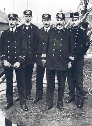 Officier der Genie W. M Dudok (helemaal rechts) na zijn mobilisatie in 1914.