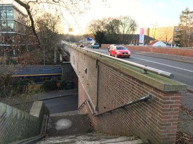 Viaduct over wegen en spoorlijn aan de Insulindelaan in Hilversum. Ontwerp: Dudok. Foto: Peter Veenendaal.