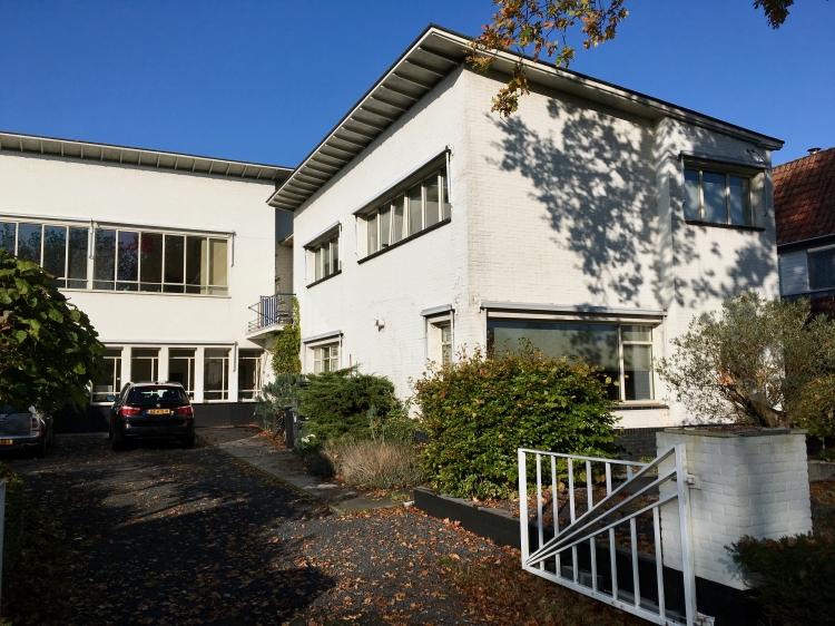 Begraafplaats Westerveld, Driehuis. Gebouw met ontvangstruimte, kantoor en directeurswoning (rechts). Foto Peter Veenendaal