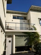 Balkon directeurswoning. Gebouw met ontvangstruimte, kantoor en directeurswoning. Begraafplaats Westerveld, Driehuis. Foto Peter Veenendaal