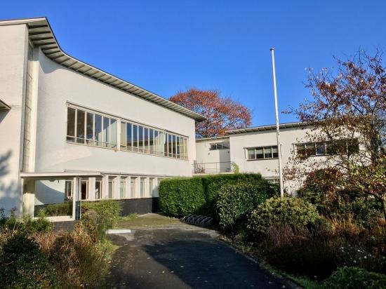 Begraafplaats Westerveld, Driehuis. Kantoor (links) en directeurswoning. Foto Peter Veenendaal