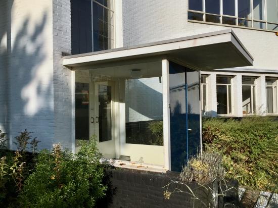 Ingang tot het kantoor. Gebouw met ontvangstruimte, kantoor en directeurswoning Westerveld, Driehuis. Foto Peter Veenendaal.