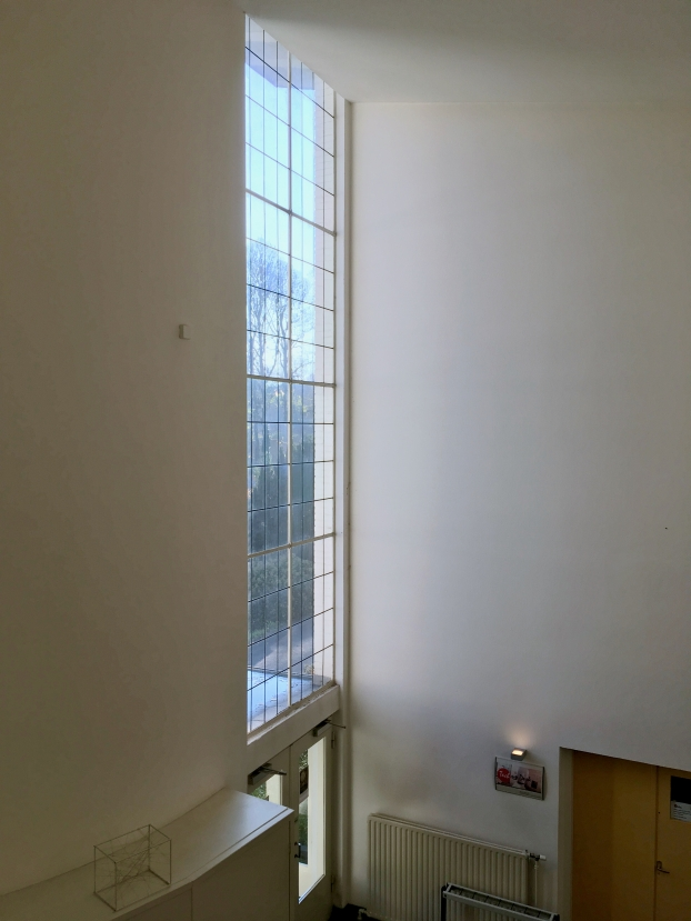 Raampartij boven entree, gebouw met ontvangstruimte, kantoor en directeurswoning. Begraafplaats Westerveld, Driehuis. Foto Peter Veenendaal